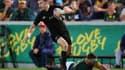 Beauden Barrett, ballon en main, file entre les doigts des Sud-Africains en octobre dernier.