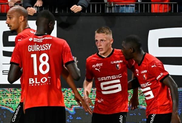 Le défenseur rennais Adrien Tuffert (c), félicité par ses coéquipiers, après son but marqué lors du match de L1 à domicile contre Monaco, le 19 septembre 2020 au Roazhon Park stadium