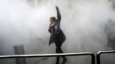 Une jeune femme manifeste devant l'université de Téhéran, en Iran, le 30 décembre 2017.