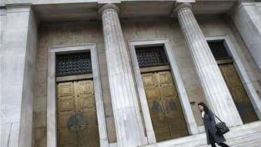 La Banque de Grèce, à Athènes. Les pays de la zone euro sont parvenus à un accord vendredi sur les modalités techniques des prêts bilatéraux qui seraient fournis à la Grèce en cas de besoin mais l'agence de notation Fitch a abaissé sa note sur la dette so