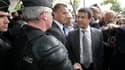 Le ministre de l'Intérieur Manuel Valls (à droite) lors de son déplacement à Amiens, au lendemain de violences urbaines dans le quartier Nord de la ville. Dix-sept policiers ont été blessés dans la nuit de lundi à mardi lors d'événements qui ont incité Fr