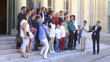Emmanuel et Brigitte Macron accueillent de jeunes autistes à l'Elysée, le 6 juillet 2017.