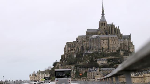 Déficitaires, pas assez fréquentes et polluantes, les navettes qui conduisent depuis 2012 les touristes de la côte au pied de l'abbaye demeurent le principal défi à relever au Mont-Saint-Michel.