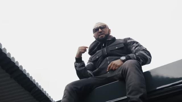 Le rappeur Samat dans l'un de ses derniers clips