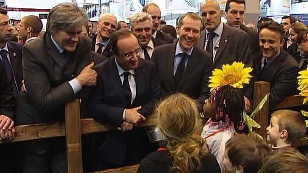 François Hollande parle à des enfants, au Salon de l'Agriculture, samedi 23 février.