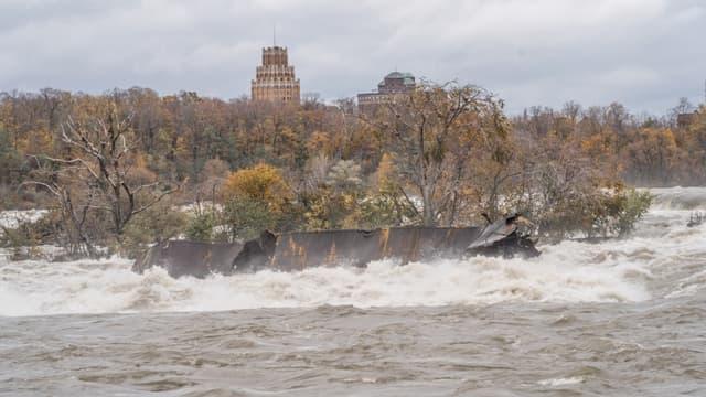 L'épave du bateau s'est déplacée après un siècle d'immobilité dans les chutes du Niagara, selon une annonce du manager des Niagara Parks