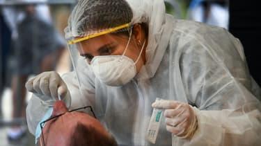 Un membre du personnel de santé effectue un test de dépistage de coronavirus à Quiberon le 57 juillet