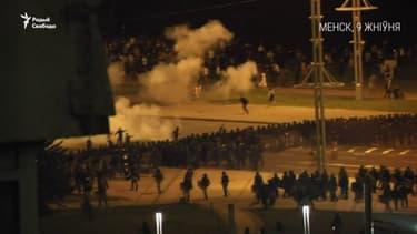 Présidentielle en Biélorussie: des heurts ont éclaté entre manifestants et policiers à Minsk dimanche soir