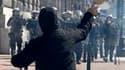Des heurts ont éclaté entre policiers et jeunes manifestants radicaux à Athènes à l'occasion de la seconde journée de grève générale en deux semaines contre le plan d'austérité du gouvernement grec. /Photo prise le 11 mars 2010/REUTERS/Yiorgos Karahalis