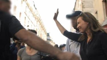 Valérie Trierweiler a été évacuée par la police, samedi, après un attroupement dans le quartier populaire de Barbès, à Paris.