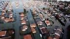 A La-Faute-sur-Mer, lundi. Les opérations de secours et les recherches se poursuivent mardi dans les zones touchées par la tempête Xynthia, qui a fait 51 morts et huit disparus, selon un bilan provisoire. /Photo prise le 1er mars 2010/REUTERS/Régis Duvign