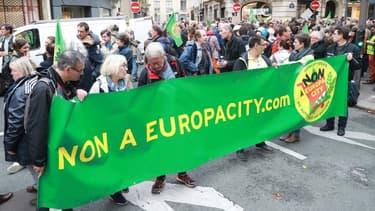 Des centaines de manifestants opposés au projet Europacity, partant de Gonesse (Val-d'Oise) pour rejoindre l'hôtel Matignon à Paris, le 5 octobre 2019