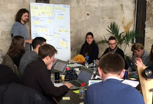 Séance de brainstorming par équipe lors du premier Techfugees parisien ce 12 et 13 mars.