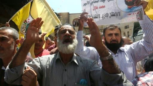 Le père de Mohammed Allan, un prisonnier palestinien en grève de la faim depuis environ 60 jours, manifeste devant la mosquée de al-Aqsa à Jérusalem, le 14 août 2015