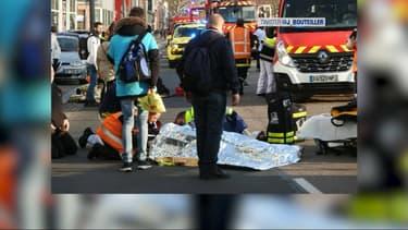 Plusieurs personnes ont été percutées par un véhicule, 4 d'entre elles sont légèrement blessées.
