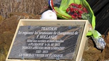 """La stèle marquant la """"trahison"""" de François Hollande a été jugée non conforme par le site d'enchères ebay."""