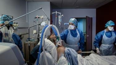 Un malade du Covid-19 traité par le personnel soignant le 6 novembre 2020 dans l'unité de soins intensifs de l'Hôpital Privé de la Loire, à Saint-Etienne (photo d'illustration)