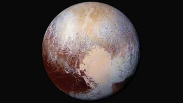 Photographie aux couleurs améliorées d'une des faces de Pluton, dévoilée le 24 juillet 2015.