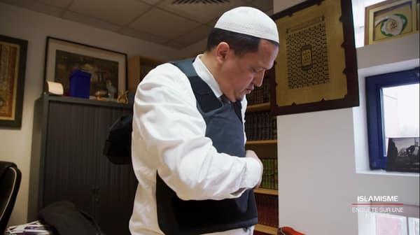 Hassen Chalghoumi, imam de Drancy, est obligé de porter un gilet anti-couteau quand il se rend dans sa mosquée.