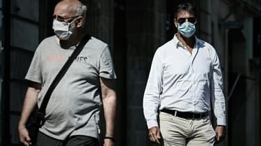 Des piétons portent un masque de protection pour se protéger du coronavirus, à Bordeaux, le 14 septembre 2020