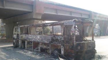 Un bus incendié des forces de sécurité syriennes. Les forces de l'opposition et l'armée syrienne ont affirmé tous les deux dimanche avoir le contrôle du quartier de Salaheddine, à Alep, au deuxième jour de violents combats qui suscitent l'inquiétude de la