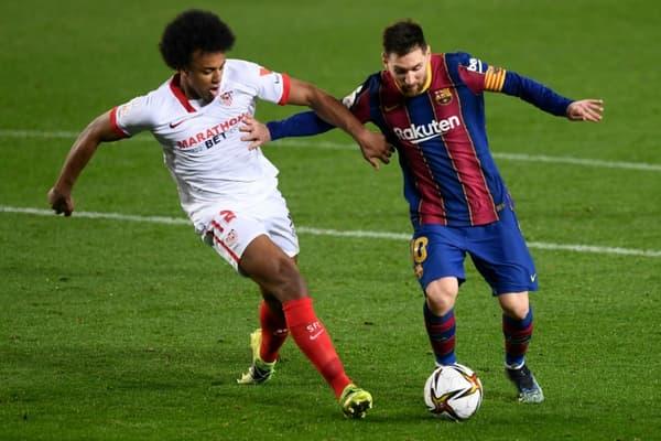 Lionel Messi à la lutte avec le défenseur sévillan Jules Koundé en demi-finale retour de la Coupe du roi, remportée par le Barça au Camp Nou, le 3 mars 2021
