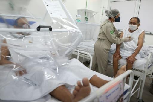 Une soignante s'occupe d'un patient atteint par le coronavirus, le 8 juin 2020 à Manaus, au Brésil