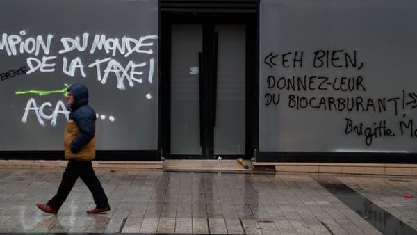 Un tag visant Brigitte Macron à Paris le 1er décembre.