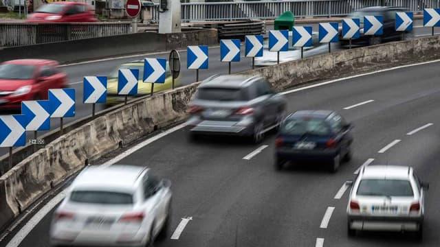 Des voitures circulent sur l'autoroute A7