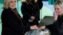 Aurélia Beigneux (à droite), l'élue FN soupçonnée de fraude au RSA, présidait le bureau de vote dans lequel s'est déplacée Marine Le Pen, dimanche 13 novembre.