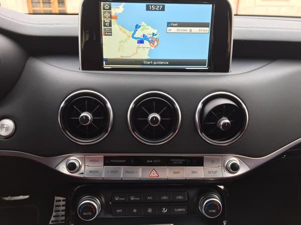 L'écran 8 pouces du GPS est tactile, mais par souci de simplicité, Kia a ajouté des boutons reprenant ses principales fonctionnalités.