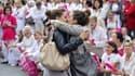 Julia, 17 ans  et Auriane, 19 ans à Marseille devant des manifestants contre le mariage gay.