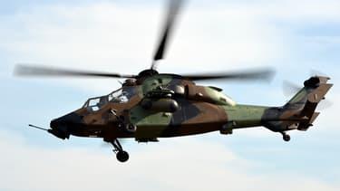 Un hélicoptère Tigre d'Airbus en vol lors d'une démonstration en 2015.