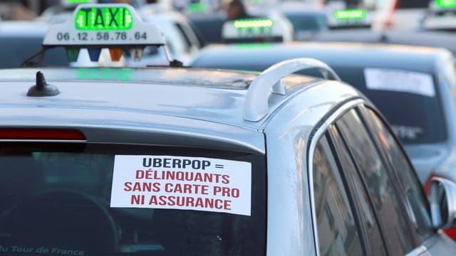 Les taxis ont manifesté leur colère à Marseille lundi contre l'arrivée d'UberPop.