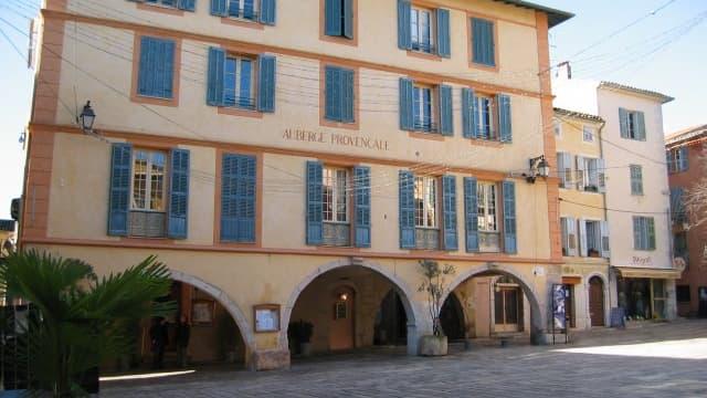 Vue de la place centrale de Valbonne (06)