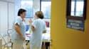 Des sages-femmes discutent dans une salle de repos d'une clinique de Bordeaux.