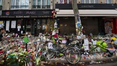 La façade du bar La Belle Equipe, rue de Charonne, les jours suivants les attaques du 13 novembre 2015