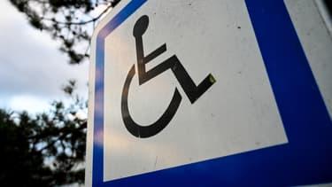 Un panneau signalant un emplacement réservé aux personnes handicapées à l'entrée d'un parking à Lille en septembre 2019 (photo d'illustration)