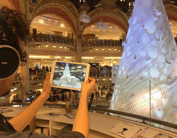 A travers l'iPad, la coupole des Galeries Lafayette s'anime