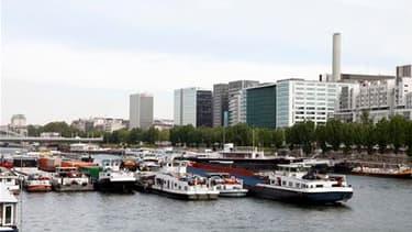 Barrage sur la Seine devant le ministère de l'Economie et des Finances, à Paris, mercredi. Tous les barrages qui bloquaient le trafic sur les fleuves du nord-est de la France ont été levés après la signature d'un accord entre les artisans bateliers et le