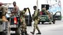 Militaires des Forces républicaines de Côte d'Ivoire (FRCI, l'armée gouvernementale), en patrouille dans le quartier de Yopougon. Cette zone de l'ouest d'Abidjan a vu les affrontements entre armée ivoirienne et miliciens fidèles au président déchu Laurent