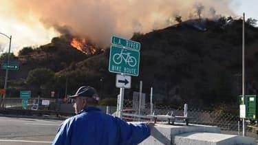 Un homme regardant les flammes qui ravagent le nord de la Californie, ce vendredi 9 novembre 2018.
