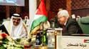 Le président de l'Autorité palestinienne Mahmoud Abbas (à droite), aux côtés du chef de la diplomatie qatarie, le cheikh Ahmad ben Djassim ben Djaber al Thani, lors de la réunion des ministres des Affaires étrangères des pays de la Ligue arabe à Syrte. Le