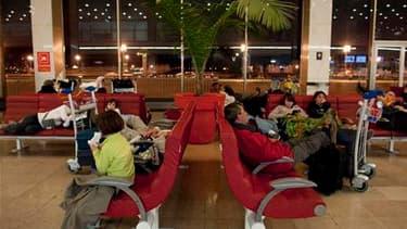 Les trois aéroports parisiens et ceux du nord de la France resteront fermés jusqu'à lundi 8h00 en raison du nuage de cendres volcaniques venu d'Islande. /Photo prise le 16 avril 2010/REUTERS/Gonzalo Fuentes