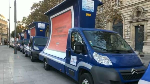 Neuf camions portant des messages contre Airbnb circulent dans Paris ce mercredi.