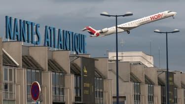Décollage le 8 juin 2020 d'un avion Hop! à l'aéroport de Nantes-Atlantique, le premier vol public depuis le 30 mars