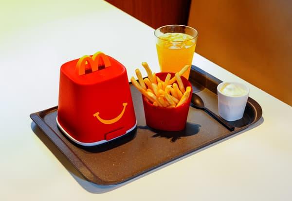 Du plastique dur et des verres pour le menu Happy Meal.