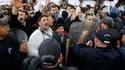 Des policiers ont encerclé samedi un demi-millier de manifestants qui tentaient de prendre part à un défilé de protestation dans le centre d'Alger s'inspirant des mouvements de révolte qui secouent une partie du monde arabe. /Photo prise le 19 février 201