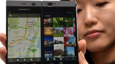 Avec ses deux écrans, le smartphone de Nec offre une surface d'affichage plus grande, sans être plus encombrant.
