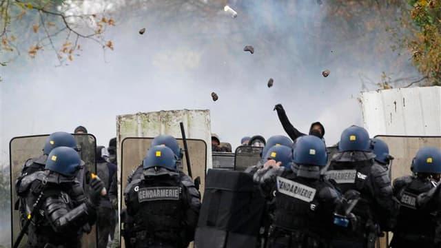 De nouveaux affrontements ont éclaté samedi à Notre-Dame-des-Landes, près de Nantes, entre les forces de l'ordre et les opposants au projet d'aéroport qui suscite un malaise de plus en plus profond chez les élus écologistes alliés au gouvernement. /Photo